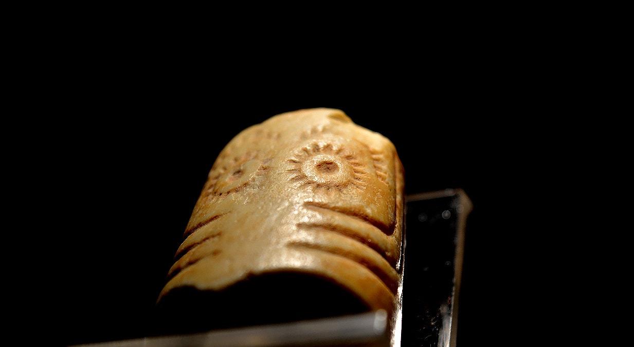Cilindro oculado, calcário, 3000-2500 a.C., Moncarapacho, Olhão   Carla Quirino - RTP