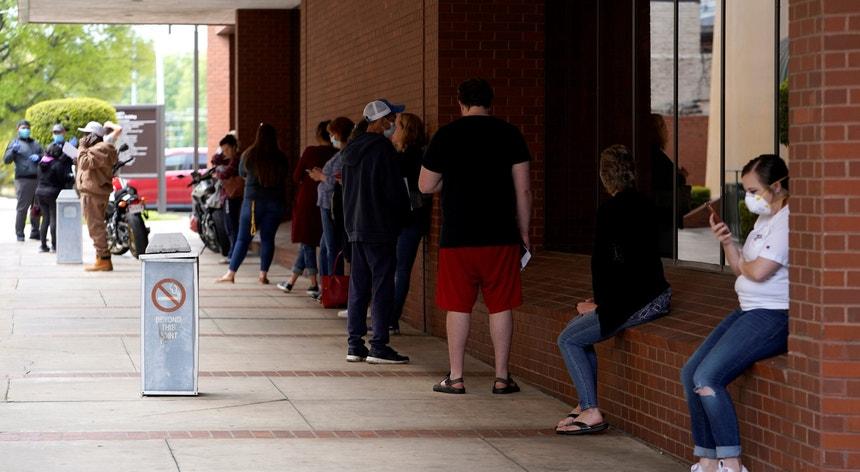 As filas nos Estados Unidos multiplicam-se, ora para pedir auxílio social ora para fazer testes à covid