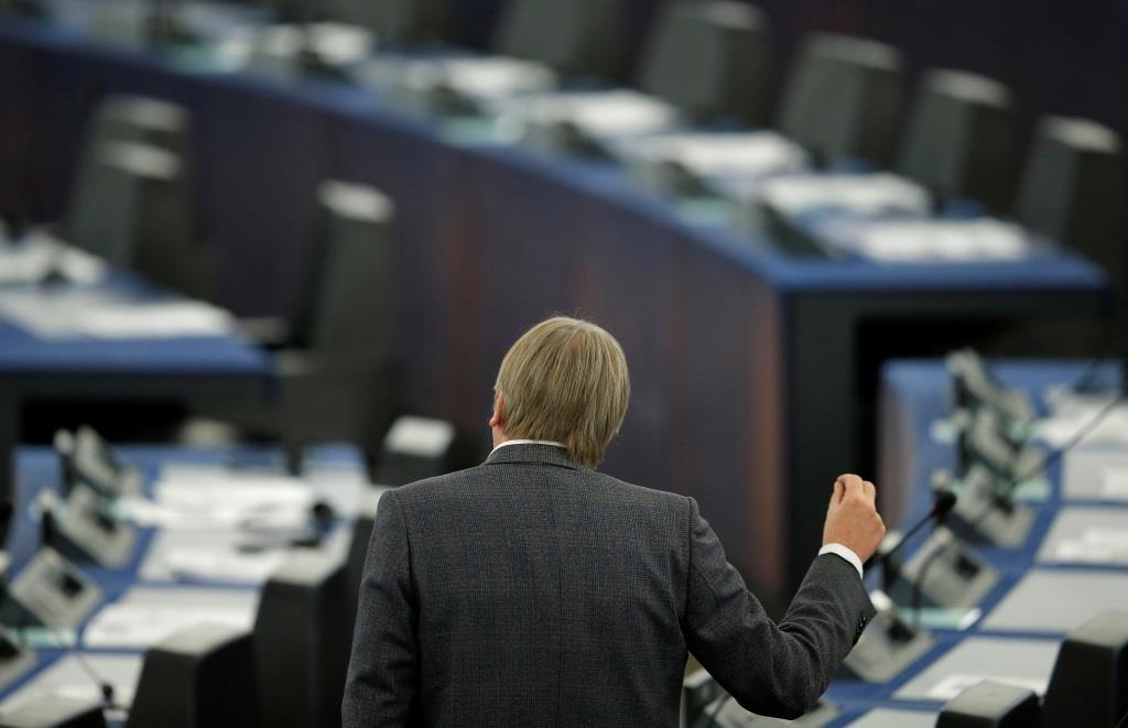 Guy Verhofstadt, membro do Renew Europe Group e coordenador do Brexit, participa num debate sobre a última cimeira da UE no Parlamento Europeu em Estrasburgo, França, a 18 de Dezembro de 2019. REUTERS/Vincent Kessler