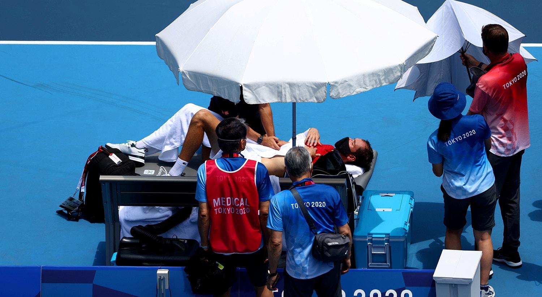 O clima de Tóquio afetou tenista russo, Daniil Medvedev, durante o jogo contra o italiano Fabio Fognini. Medvedev acabou mesmo por ter de ser assistido duas vezes pela equipa médica no decorrer da partida.   Foto: Mike Segar - Reuters
