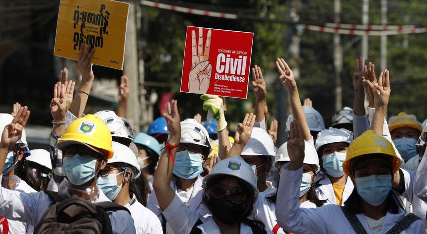 Desde o início dos protestos, a 1 de fevereiro, pelo menos 60 pessoas morreram nos protestos e 1700 foram detidas.