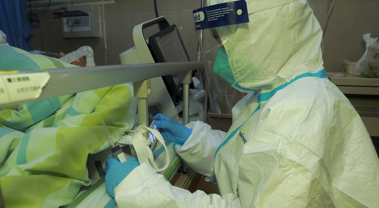Assistência a paciente com pneumonia causada pelo novo coronavírus no Hospital Zhongnan da Universidade de Wuhan |  cnsphoto via Reuters