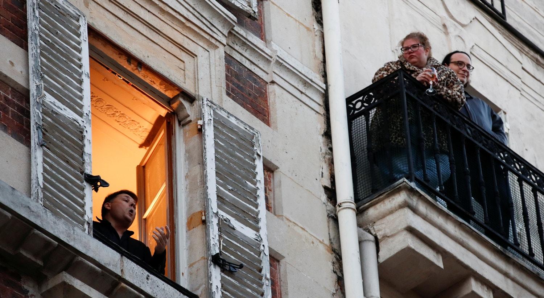 O tenor francês Stephane Senechal canta da janela do seu apartamento em Paris, França / Gonzalo Fuentes - Reuters