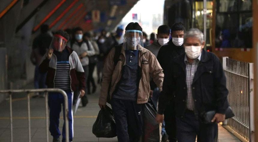 Os peruanos tentam adaptar-se à nova realidade no dia a dia
