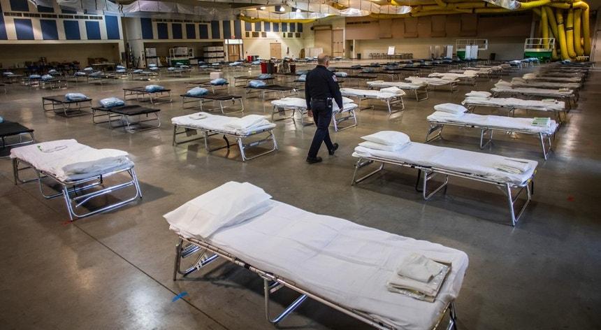 Os Estados Unidos continuam a montar estruturas para acolher os cidadãos infetados com covid-19
