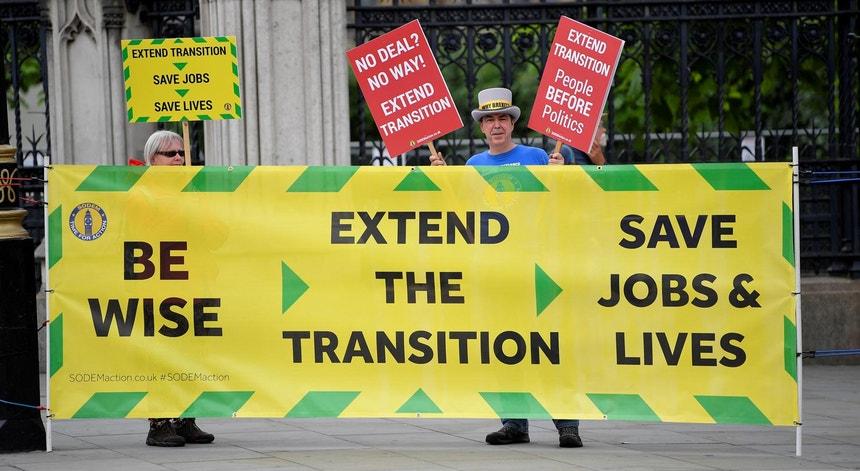 Um ativista anti-Brexit apela à extensão do período de transição prós-Brexit, frente às Casas do Parlamento, em Londres, Reino Unido, em junho de 2020
