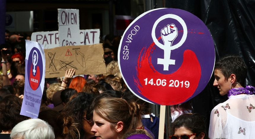Quase 30 anos depois da última greve feminista no país, quando foram pedidos salários iguais para trabalhos iguais, as mulheres saem de novo à rua