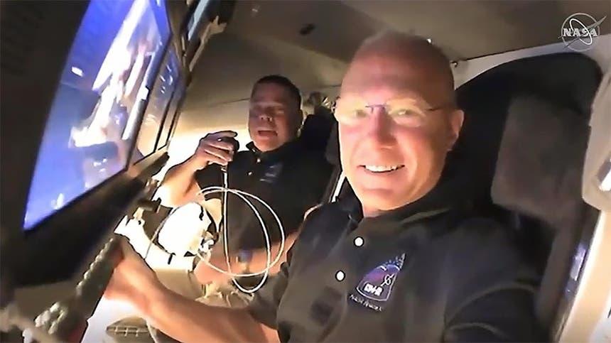 Os astronautas Doug Hurley e Bob Behnken a bordo da cápsula Space Dragon Crew Dragon em 31 de maio de 2020, após atracar na Estação Espacial Internacional - imagem de vídeo da NASA