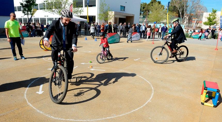 O ministro da Educação, Tiago Brandão Rodrigues, em primeiro plano, ensinou os mais pequenos a pedalar