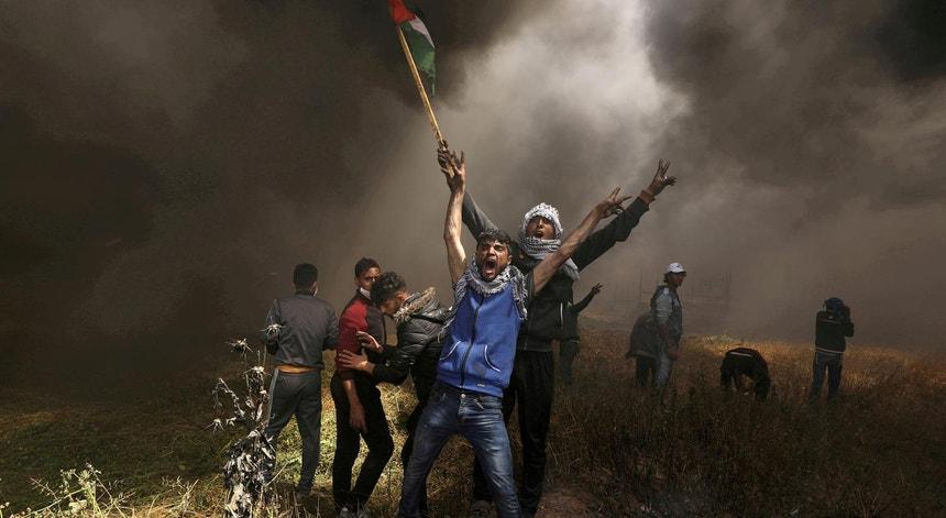 Palestinianos protestam em 2018 contra o muro erguido por Israel entre Gaza e os territórios isarelitas