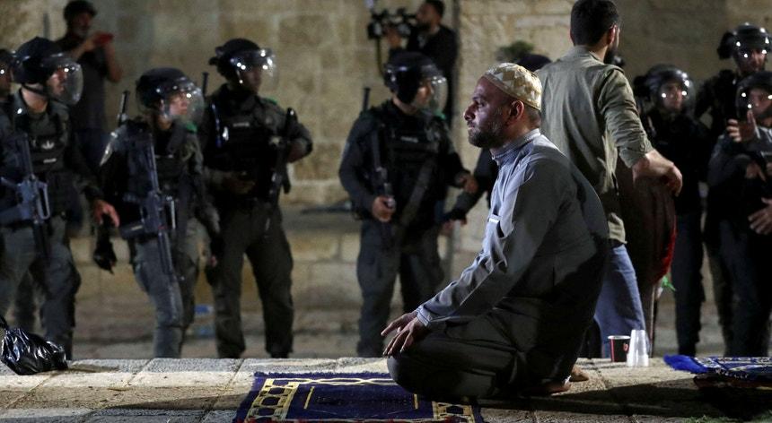 A intervenção da polícia israelita na Esplanada das Mesquitas, o terceiro lugar mais sagrado para os muçulmanos, deu origem a ataques entre judeus e palestinianos.