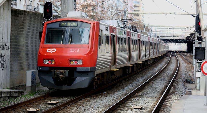 Linha de Sintra. Passageiros queixam-se de atrasos nas horas de ponta e de supressão de carruagens - RTP