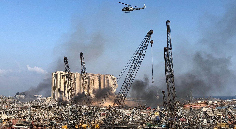 Um helicóptro da Armada libanesa sobrevoa a área afetada pela explosão.   /Issam Abdallah - Reuters