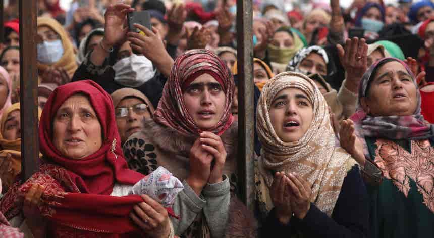 Devotos muçulmanos em Caxemira