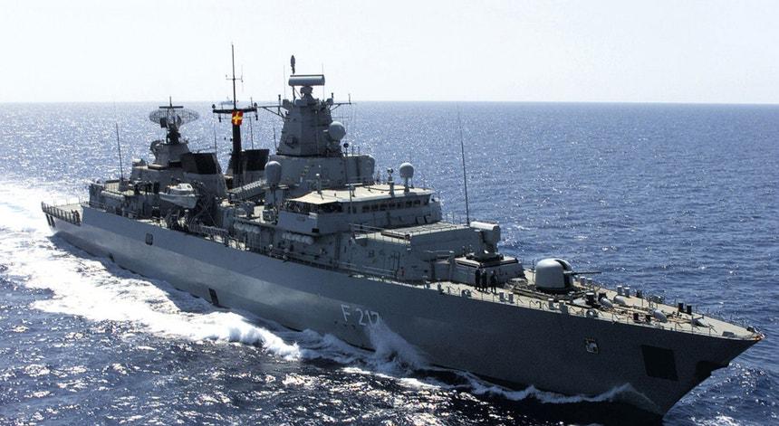 A fragata Bayern, classe Brandeburgo, a caminho do Mar da Índia em 2011, para participar numa missão conjunta da UE de proteção contra a pirataria