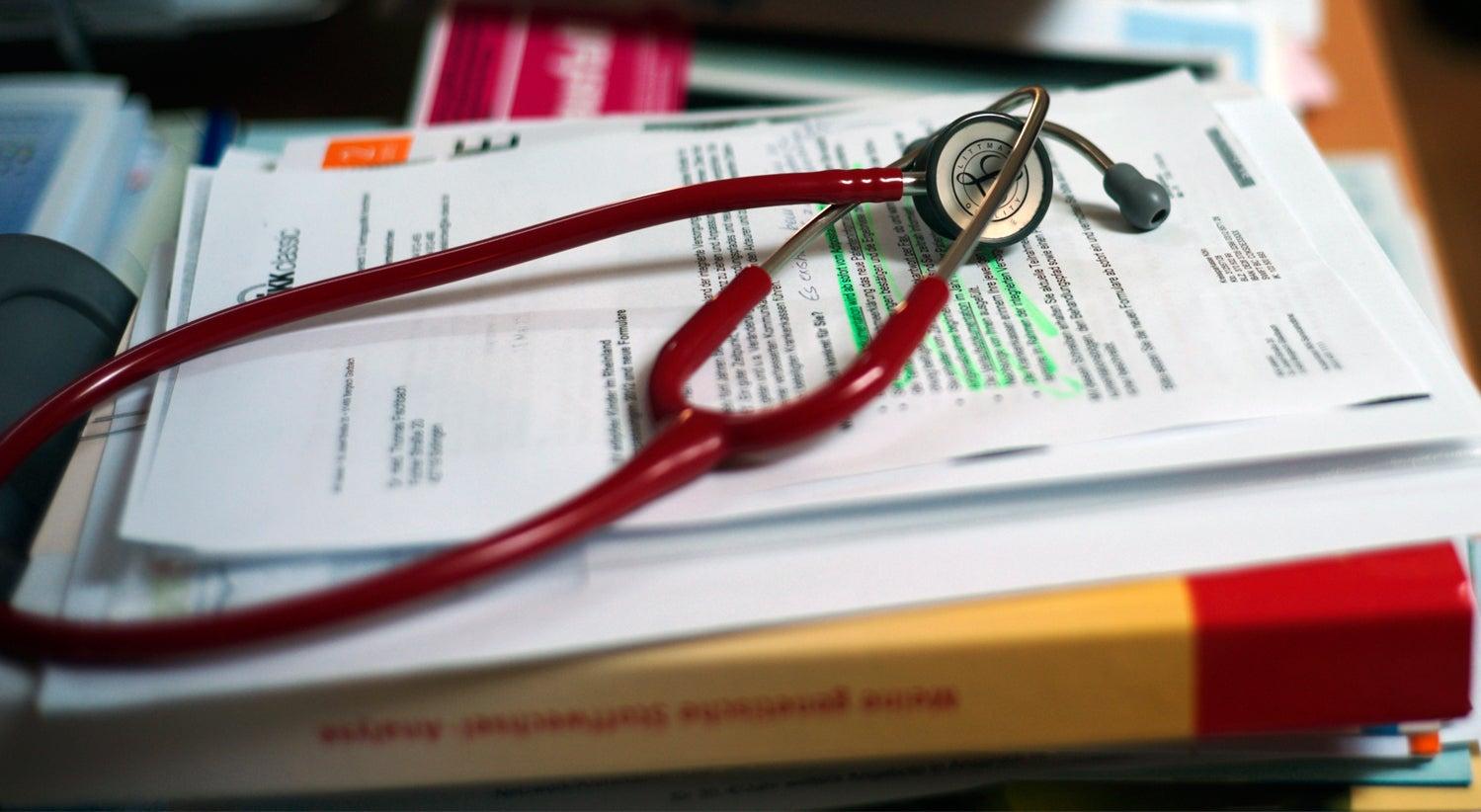 Resultado de imagem para Médicos marcam greve para 10 e 11 de maio