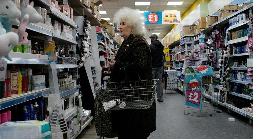 Uma mulher às compras no sul de Londres, em novembro de 2019