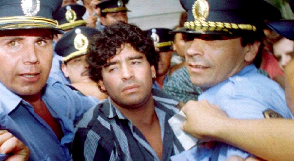 1994. Escolta policial num julgamento relacionado com uso de drogas   Reuters