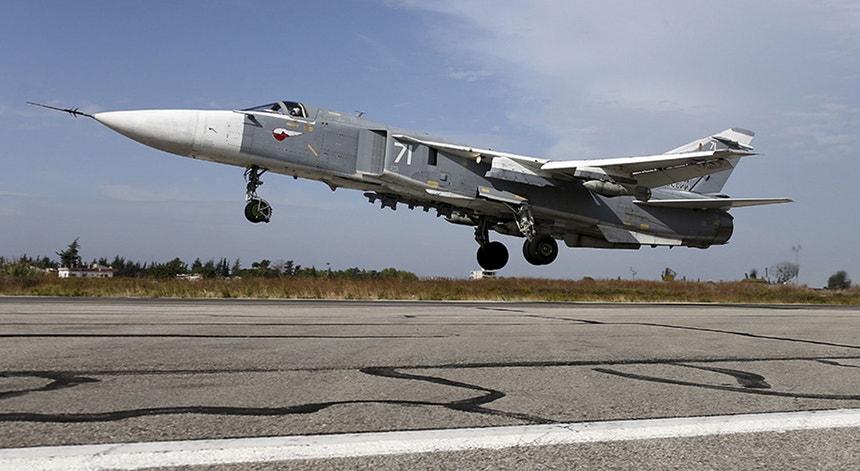 Fontes norte-americanas afiançam que um par de aviões de guerra Sukhoi SU-24 da Rússia foi avistado a sobrevoar a coluna de veículos humanitários