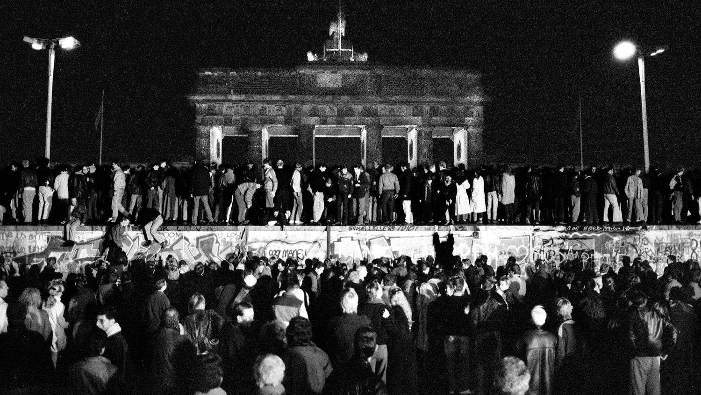 Alemanha Ocidental e Oriental celebram a queda do Muro. 9 de novembro de 1989 | Fabrizio Bensch - Reuters