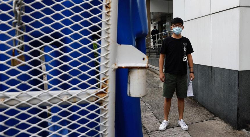 Joshua Wong, ativista pró-democracia de Hong Kong, à saída da esquadra após ter sido detido pelas autoridades dia 24 de setembro de 2020, pela participação num protesto em outubro de 2019