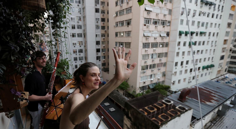 Músicos clássicos tocaram para os vizinhos no Rio de Janeiro, no Brasil / Sergio Moraes - Reuters