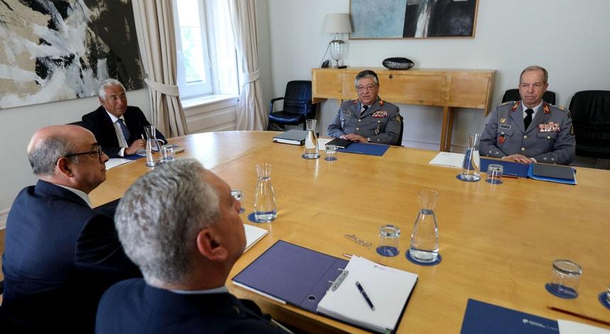 O CEME durante uma reunião com o primeiro-ministro. Rovisco Duarte é o primeiro à direita.