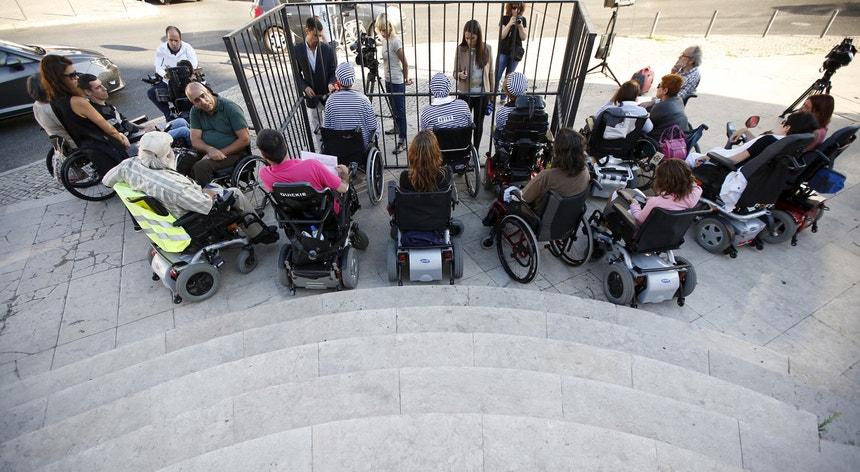 """Em 2015, o movimento """"Deficientes Indignados"""" protestou junto à Assembleia da República em defesa dos seus direitos"""
