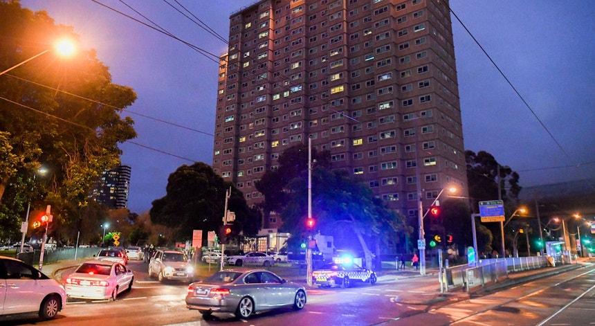 Melbourne volta a ser colocada em confinamento com elevados custos económicos