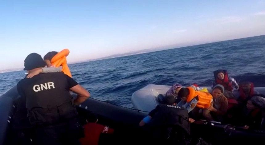 Um dos momentos do resgate em imagens divulgadas pela GNR