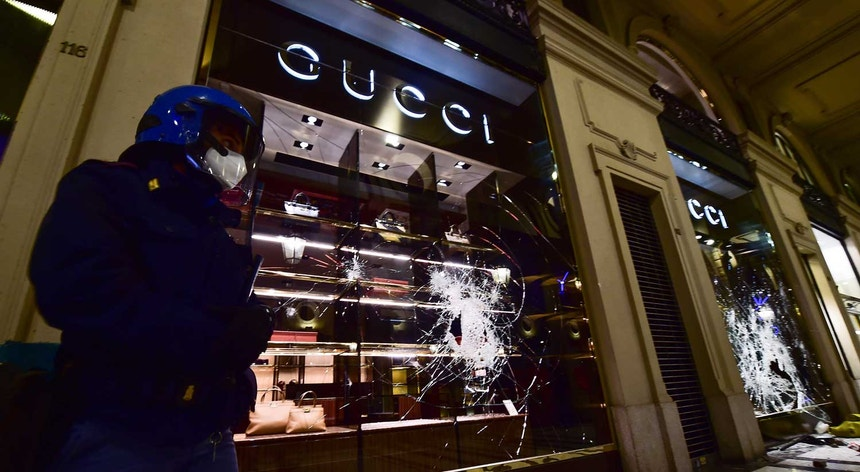 Várias lojas de luxo foram pilhadas durante os protestos