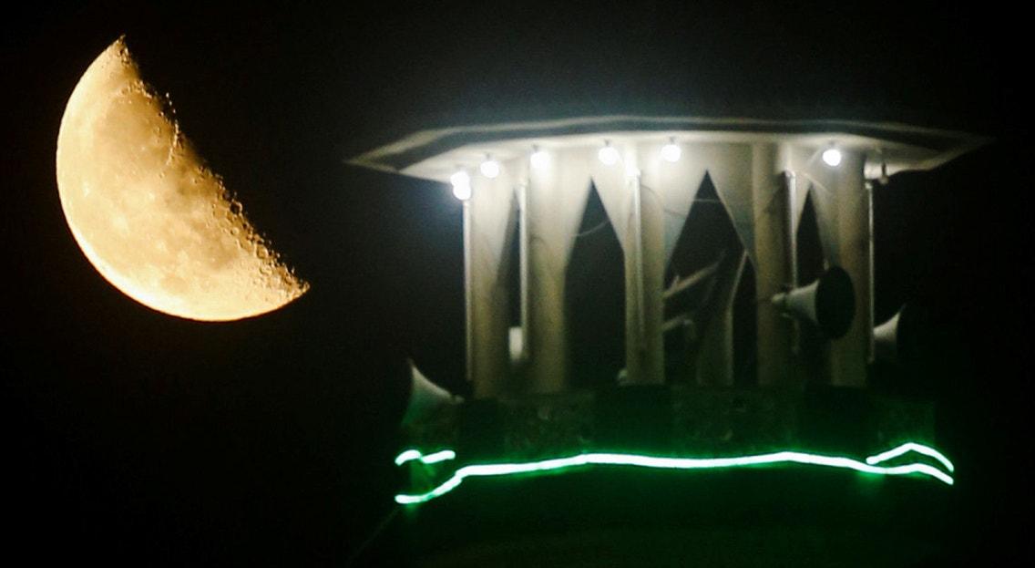 Egipto. A lua por de trás do minarete de uma mesquita na cidade do Cairo | Amr Abdallah Dalsh - Reuters