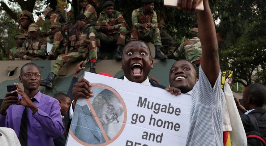 Nas ruas do Zimbabué festeja-se o fim de uma era de quase 40 anos.