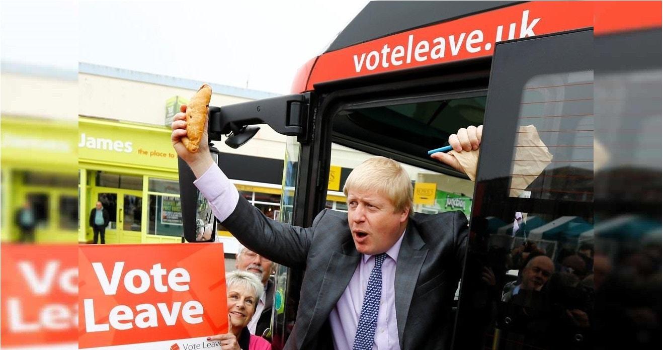Boris Johnson, ex-prefeito de Londres, segura um pastel da Cornualha durante o lançamento da campanha Vote Leave, a favor da saída da União Europeia. 11 maio 2016. REUTERS/Darren Staples