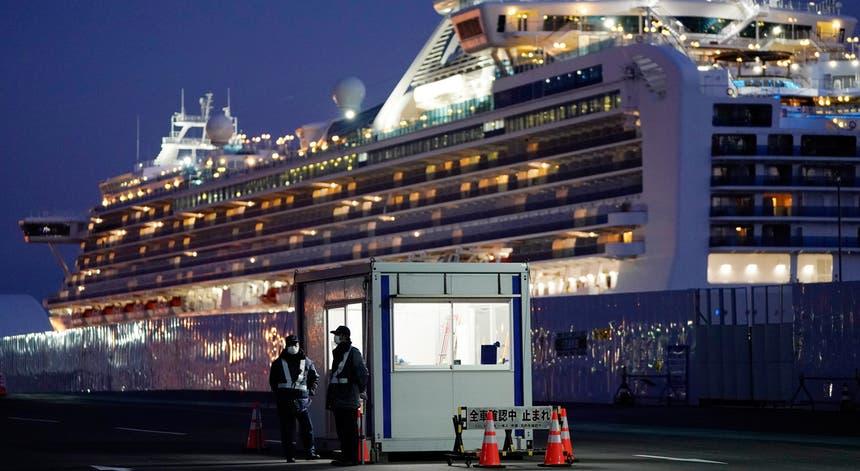 O navio de cruzeiro Diamond Princess está ancorado no porto de Yokohama, a sul de Tóquio