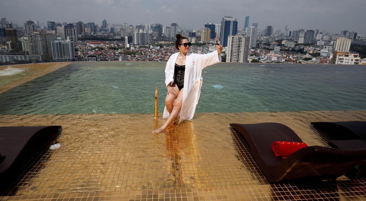 Piscina folheada a ouro   Nguyen Huy Klam - Reuters