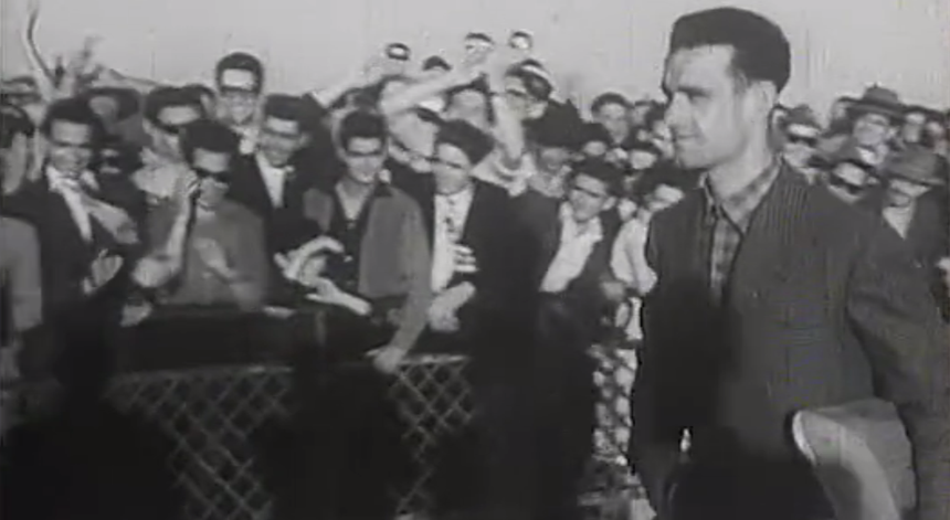 A RTP registou a chegada em festa de Alves Barbosa a Lisboa, depois da sua brilhante participação na Volta a França em bicicleta de 1956