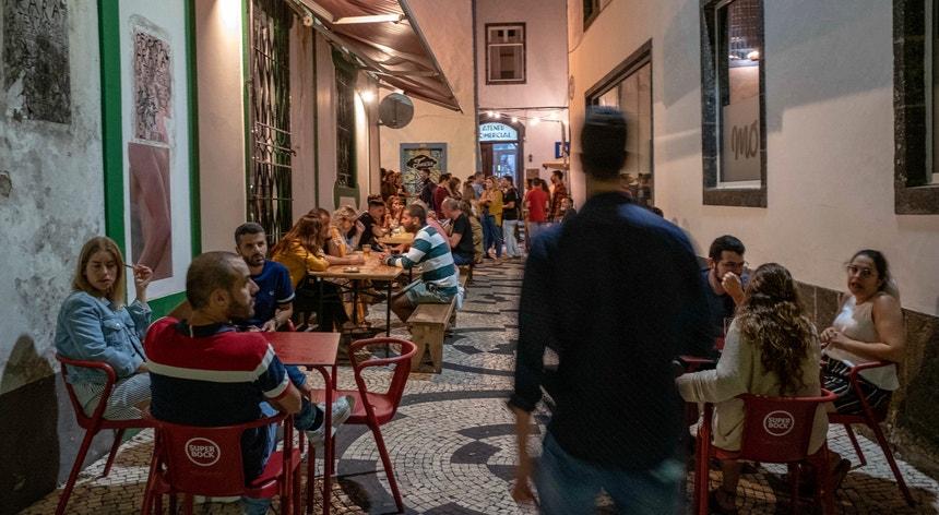A vida noturna em Ponta Delgada, no primeiro fim de semana de agosto, começou com bastante afluência, apesar das restrições motivadas pela Covid-19
