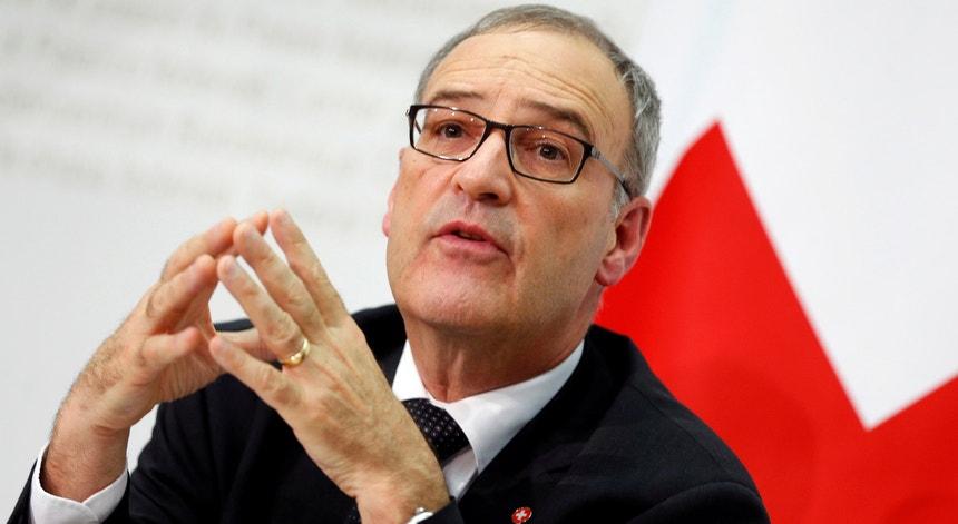 """O ministro suíço da Defesa, Guy Parmelin, afirma que o país estará a """"elevar-se ao padrão internacional"""""""