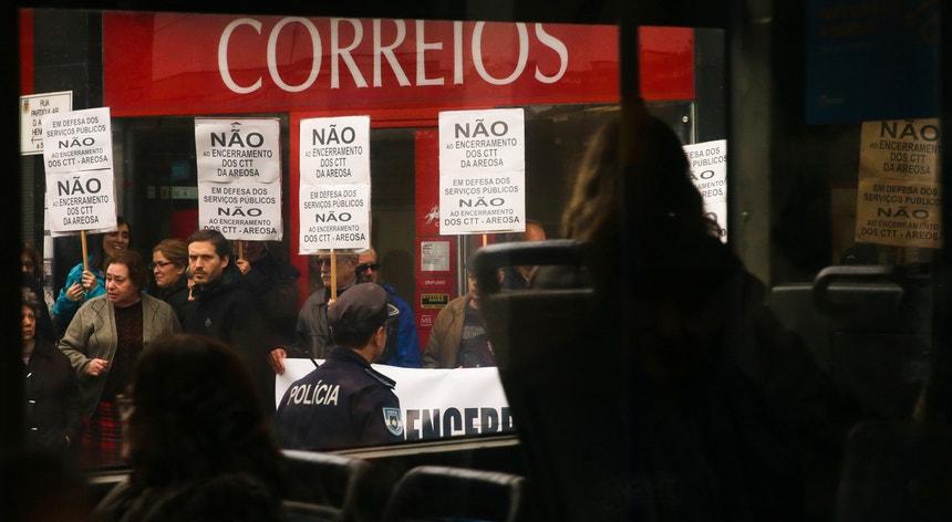 Populares em protesto contra o fecho dos Correios na Areosa, Porto