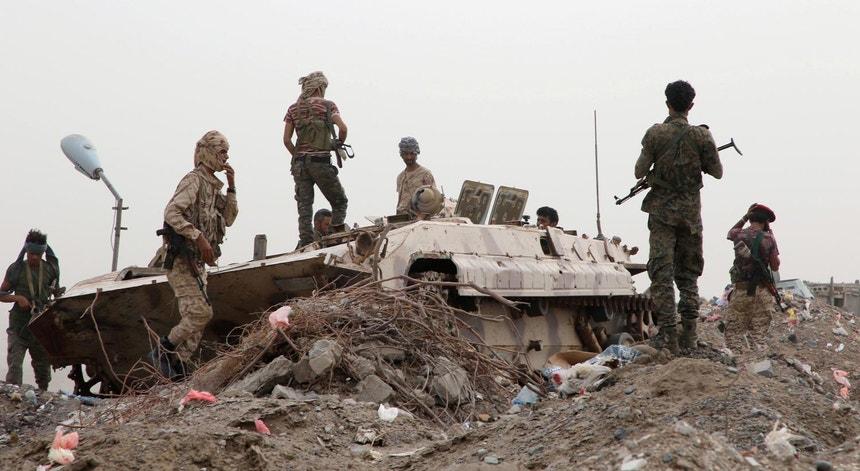 Forças separatistas do sul do Iémen, apoiadas pelos Emirados Árabes Unidos,  durante confrontos em Aden a 10 de agosto de 2019, com forças governamentais do norte