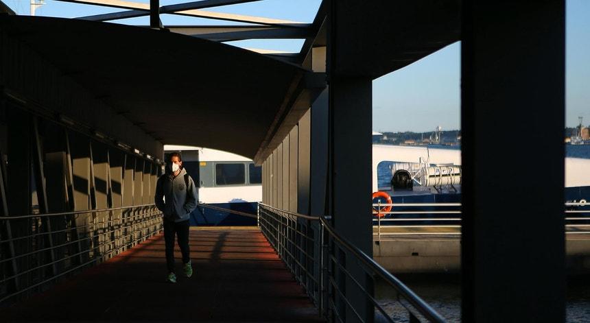 Um homem de máscara, passageiro da Transtejo à chegada ao Cais do Sodré, em Lisboa, 29 de abril de 2020.