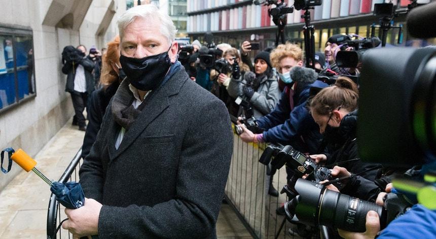 O fundador da Wikileaks marcou presença em tribunal esta segunda-feira.