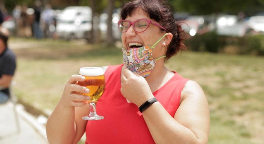 Uma mulher celebra o desconfinamento durante a pandemia de Covid-19, em Madrid, a 31 de maio de 2020,