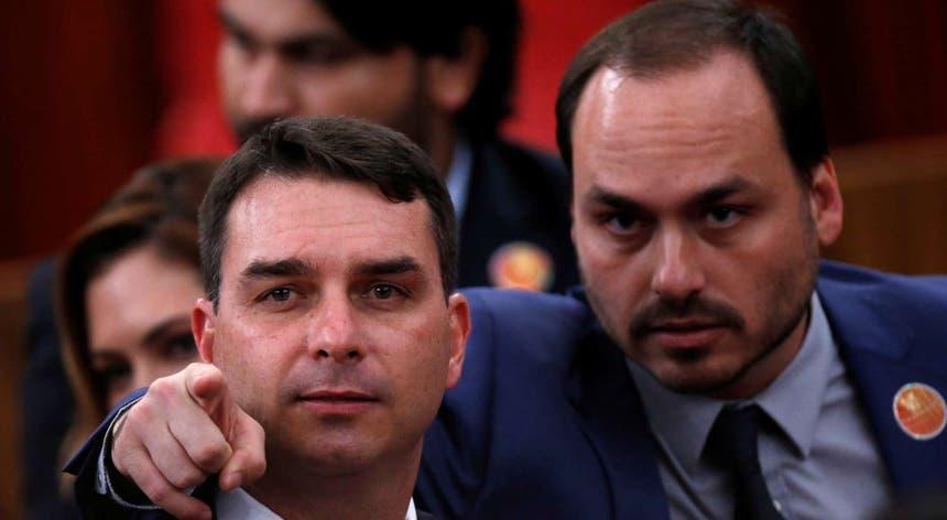 Carlos Bolsonaro (dir.), com o irmão Flávio