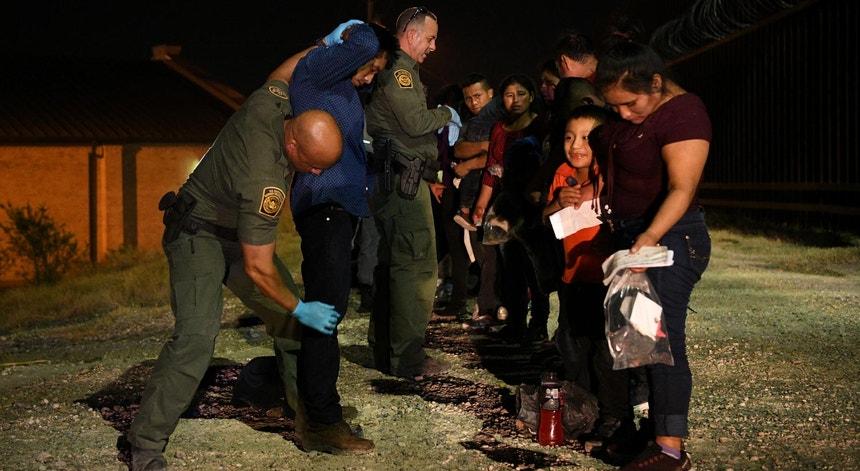 Migrantes na fronteira entre EUA e México