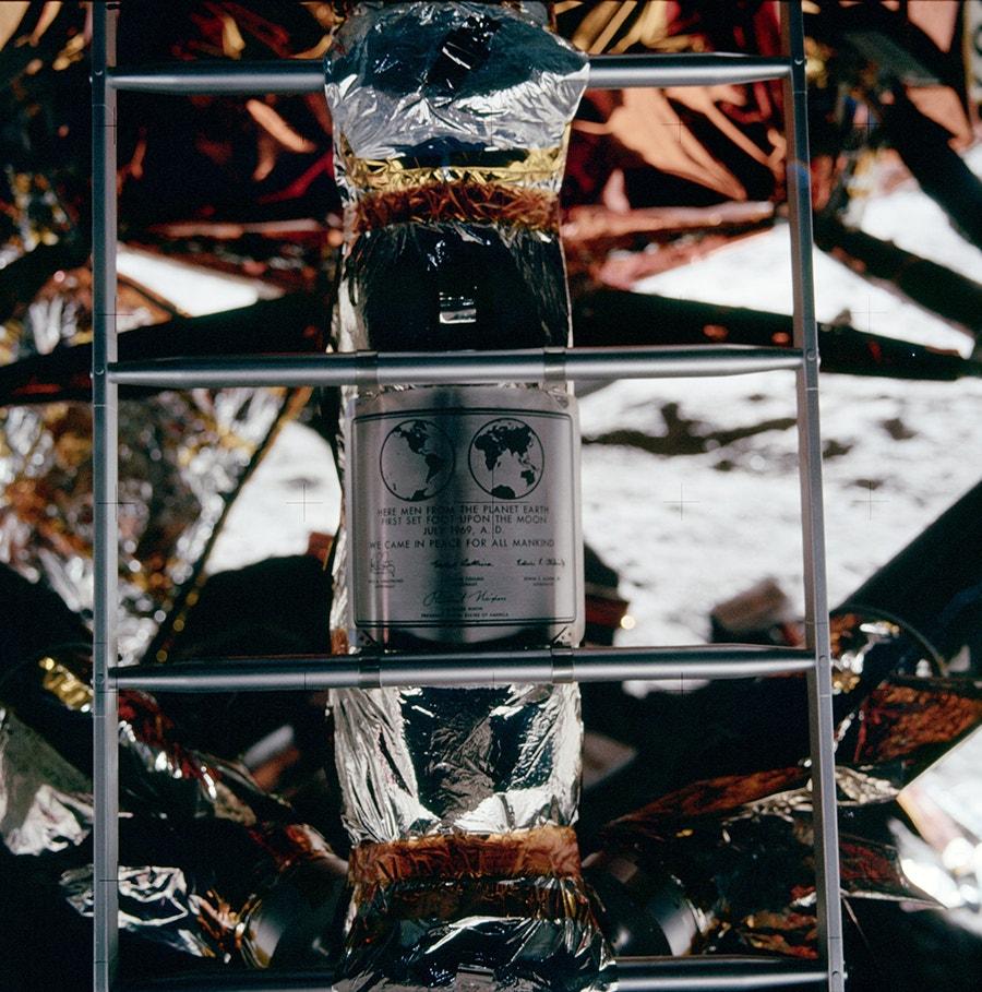 """Placa da Apollo 11 com os nomes dos três astronautas e do Presidente Richard Nixon, no suporte do módulo de descida do """"Eagle"""". /Crédito: NASA"""