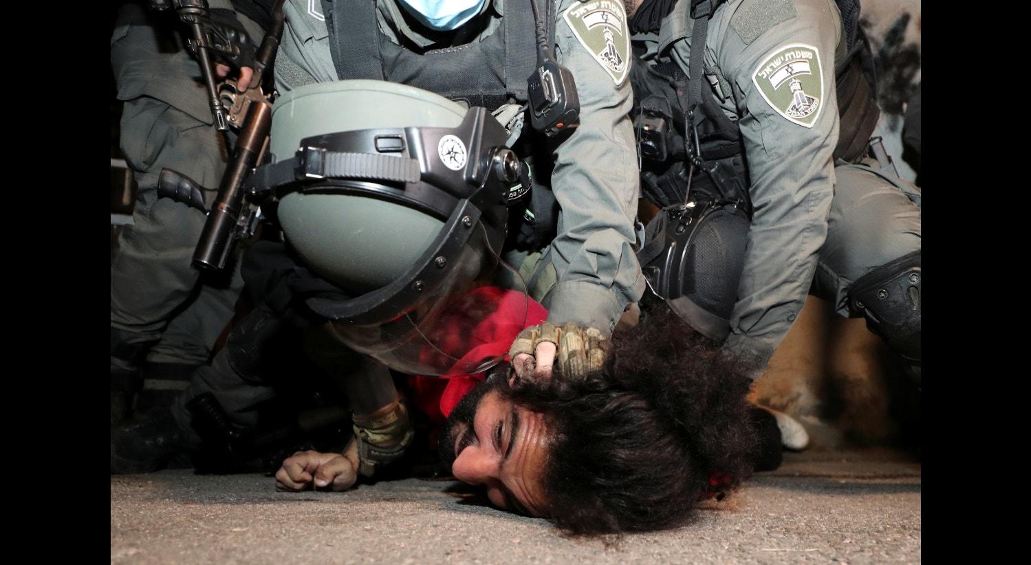 Israel. Confrontos em Jerusalém. Palestiniano detido por militares israelitas | Ammar Awad - Reuters
