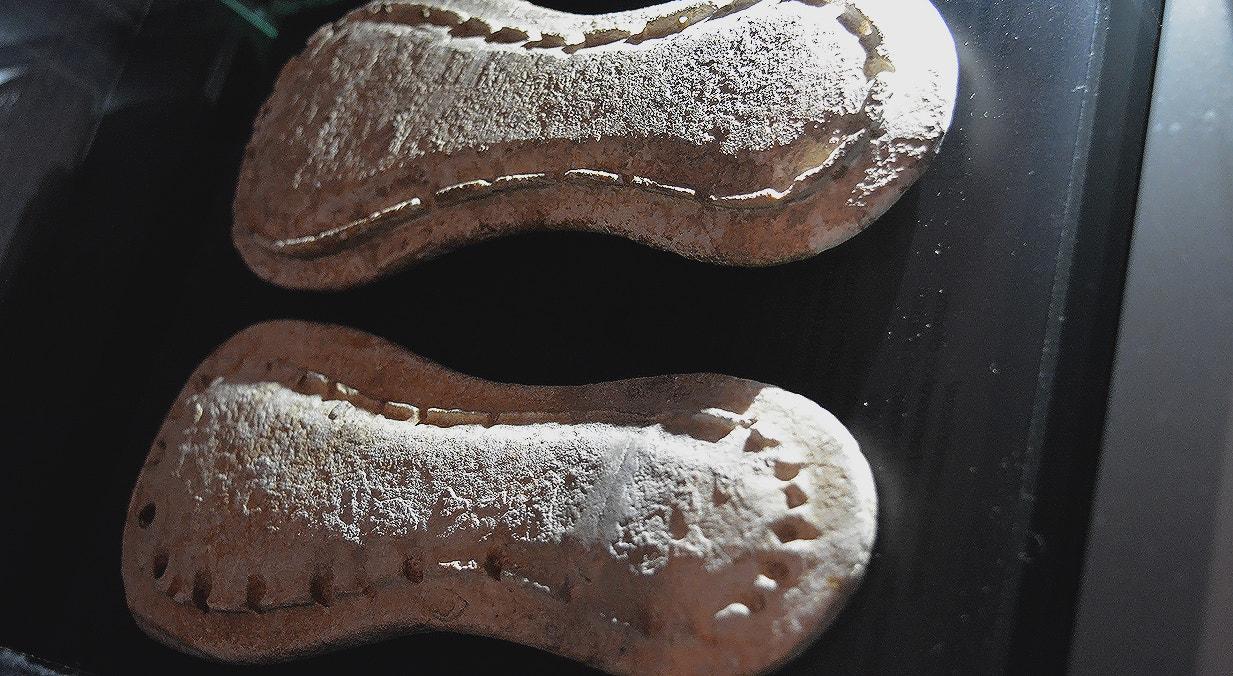 Par de sandálias votivas, calcário, 3000-2500 a.C., Necrópole de Alapraia, Cascais   Carla Quirino - RTP