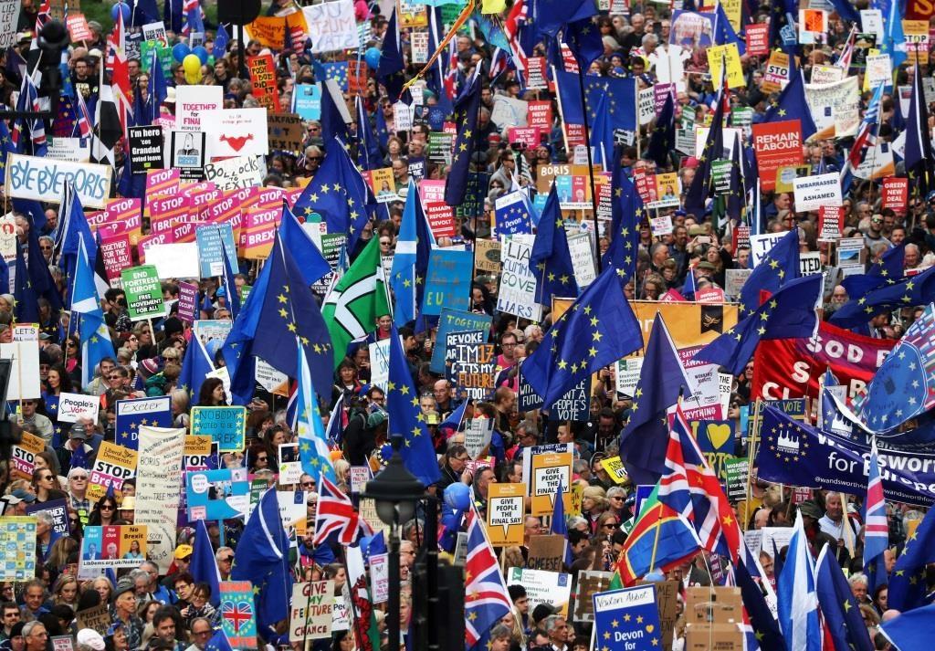 Os apoiantes da UE marcham enquanto o parlamento se reúne, pela primeira vez a um sábado desde a Guerra das Malvinas de 1982, para discutir Brexit. 19 outubro 2019. REUTERS/Simon Dawson